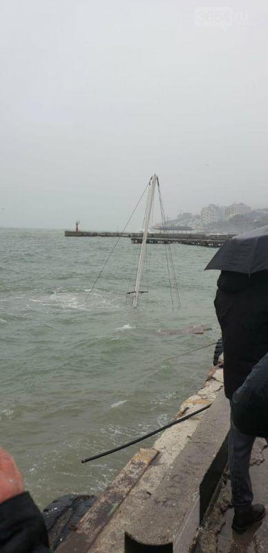 Фотофакт: Во время шторма в Ялте затонула яхта, - видео