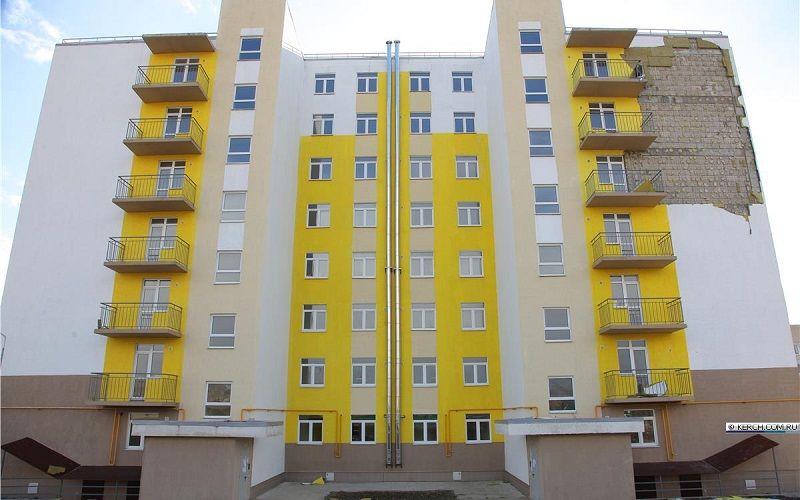 В Керчи с нового жилого дома сорвало фасадный утеплитель