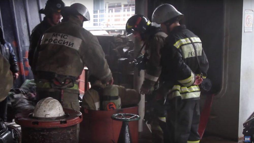 Появилось видео тушения пожара на сухогрузе в Севастополе