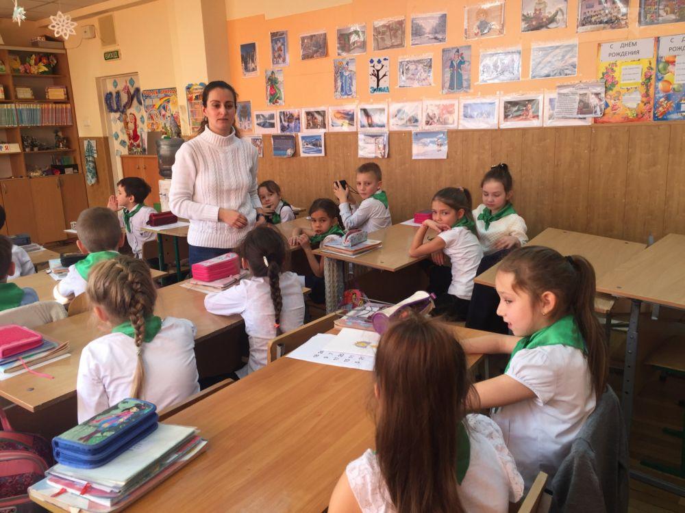 В Ялтинской школе № 1 дети встретились с писателем Любовь Бросалиной