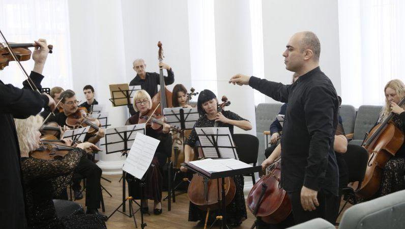 Санкции? В Крымском медколледже — концерт с участием американского дирижера