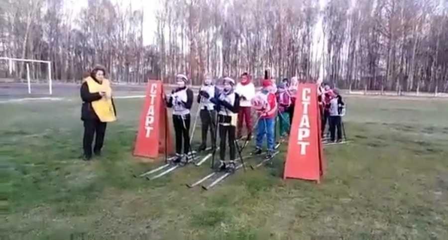 «Попросили в администрации»: в Смоленской области устроили лыжные гонки на траве