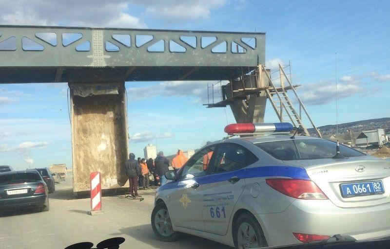 «Традиционное» ДТП на стройке трассы «Таврида»: самосвал с поднятым кузовом врезался в путепровод