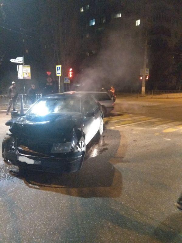 Два человека пострадали в столкновении легковушек на перекрестке в Симферополе,