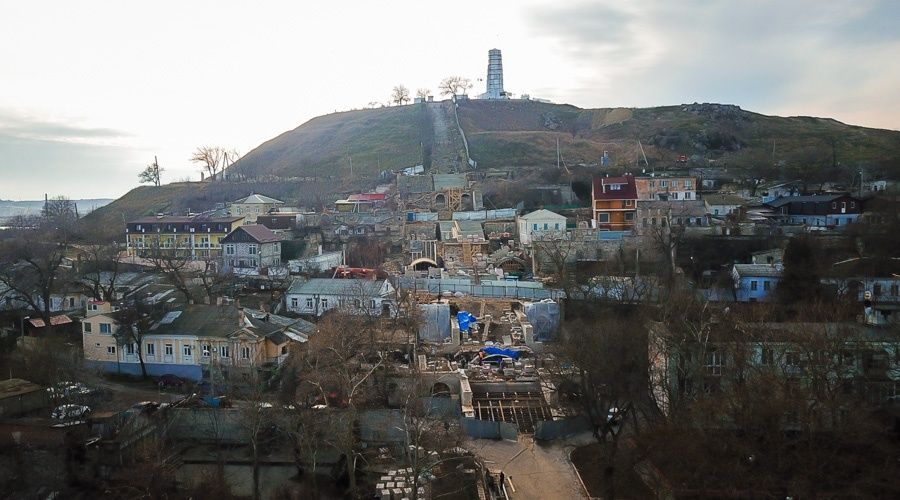 Подрядчик почти завершил демонтаж разрушенных стен Митридатских лестниц