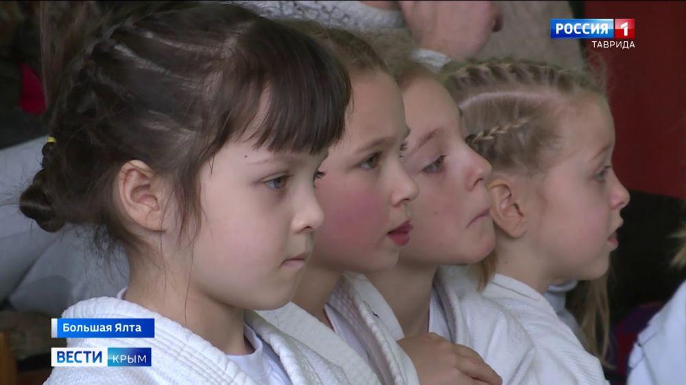 «Снежные королевы» в кимоно: в Гаспре прошел турнир по дзюдо для девочек