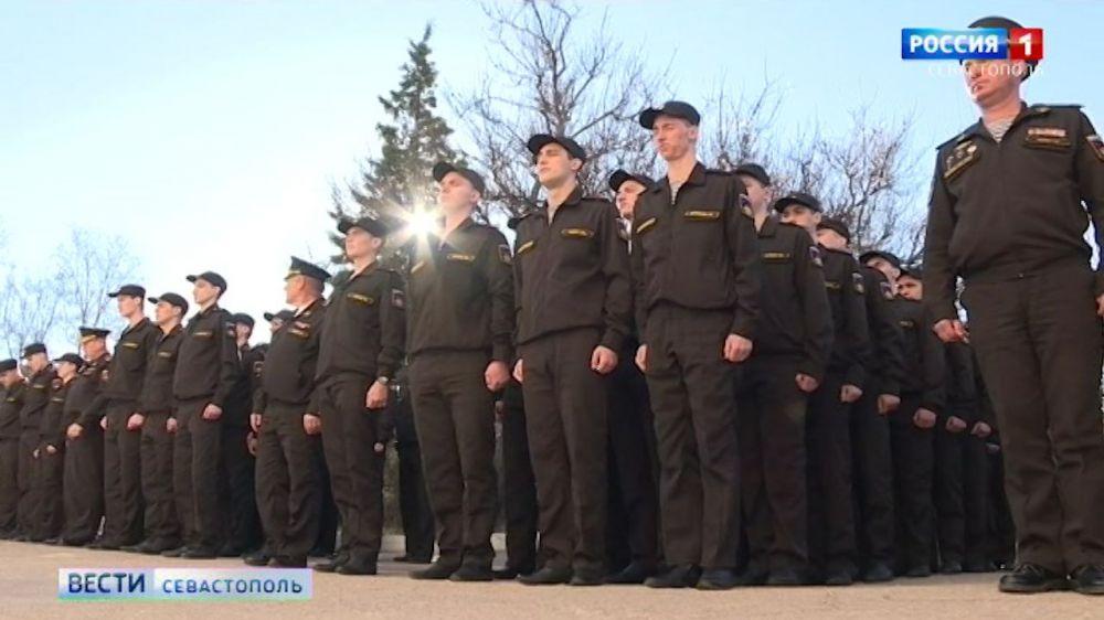 Студенты СевГУ разучивают строевой шаг для парада Победы
