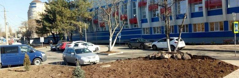 """В Симферополе на месте """"Шашлычного дворика"""" появились лавочки, парковка и зеленая зона,"""