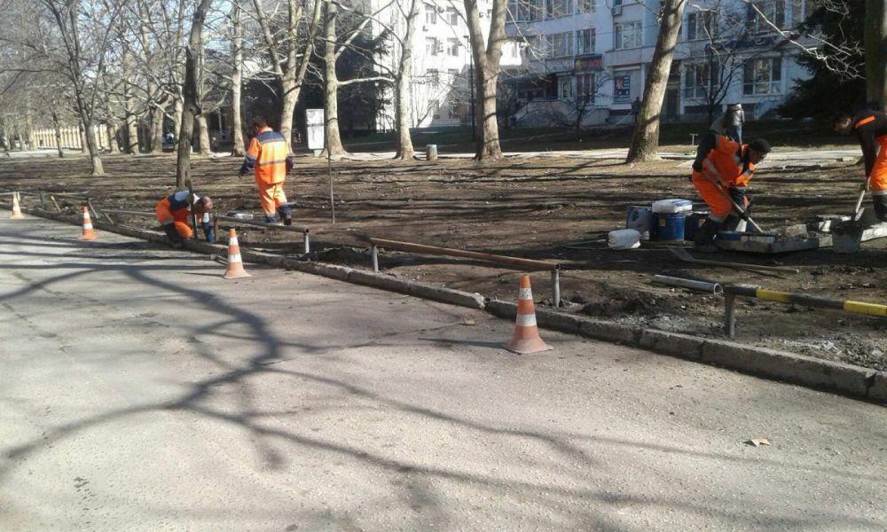 Газоны на улице Павленко в Симферополе защитили от водителей,