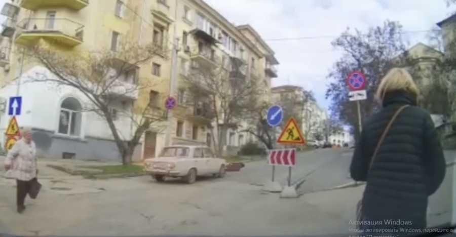 Странное ДТП: в Севастополе мужчина прыгнул на капот автомобиля