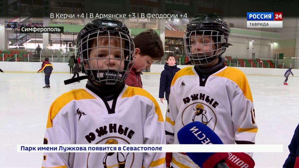 Шайба, клюшка и коньки: юных крымчан научили играть в хоккей