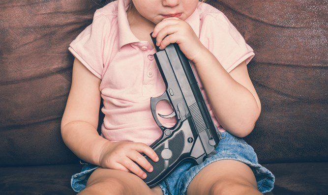 В Симферополе 6-летняя девочка выстрелила себе в голову из пистолета отца