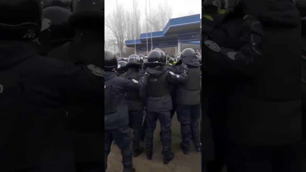 Украинцы протестуют из-за приезда сограждан из Уханя