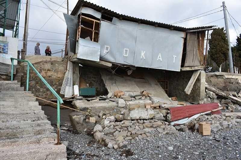 Сильный шторм разрушил пляжи в Крыму