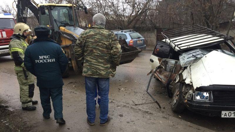 ДТП в Симферополе: «Москвич» попал под экскаватор, двое пострадавших