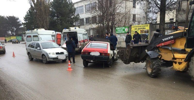В Симферополе экскаватор протаранил легковушку: есть пострадавшие,