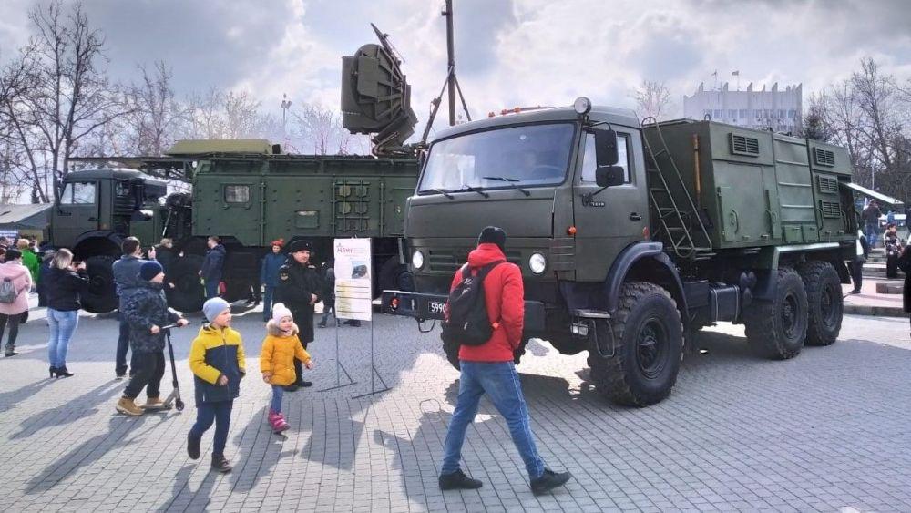 Площадь Нахимова стала центром празднования Дня защитника Отечества