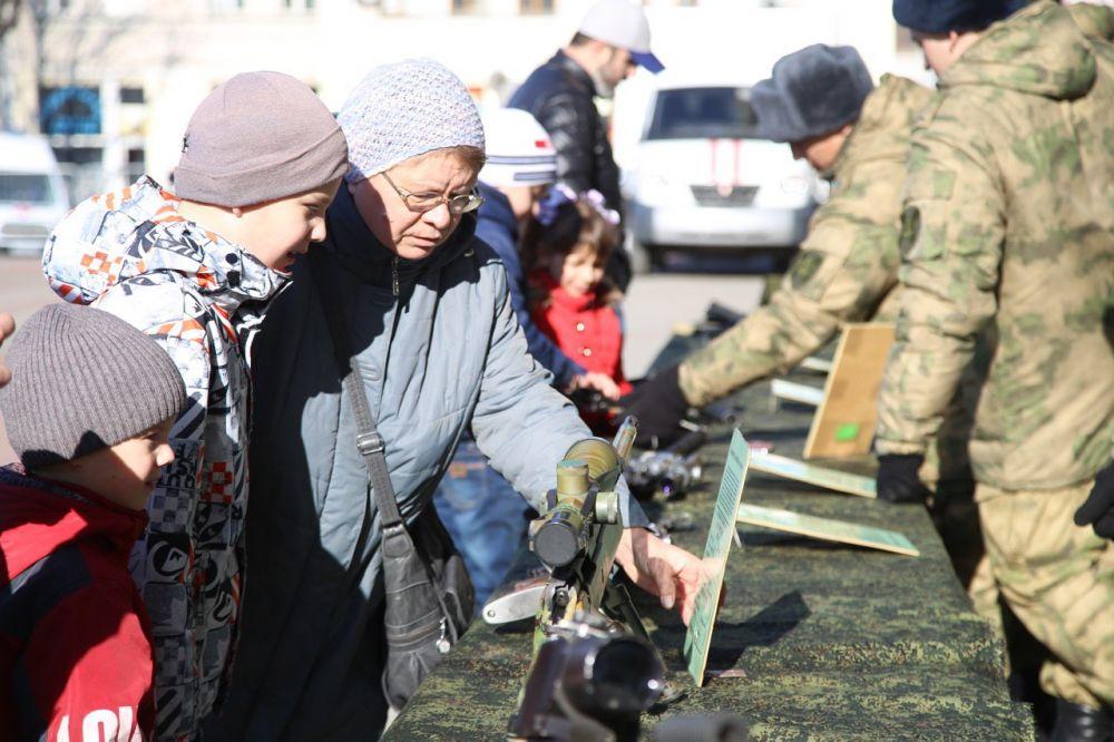 В Симферополе на площади Ленина открылась выставка военной техники