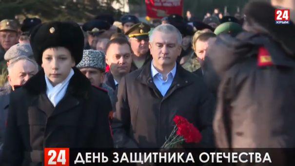 Глава Крыма возложил цветы к Вечному огню на могиле Неизвестного солдата