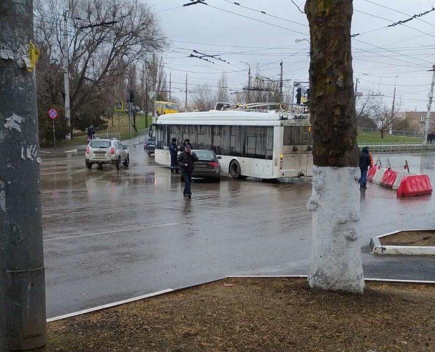 В Симферополе легковушка врезалась в троллейбус,
