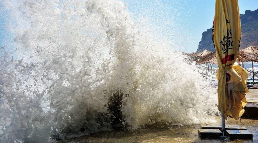 В понедельник в Крыму сильные осадки, штормовой ветер