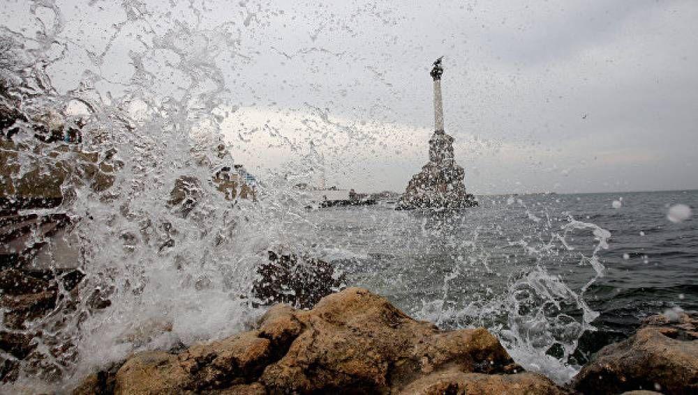 В Севастополе из-за шторма прекращено движение катеров