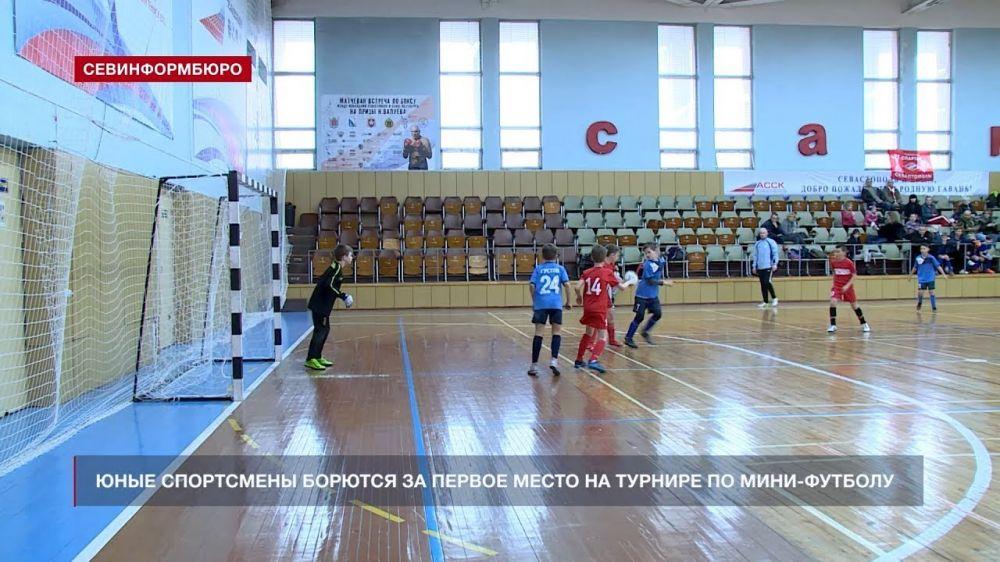 Юные севастопольские спортсмены борются за первое место на Турнире по мини-футболу