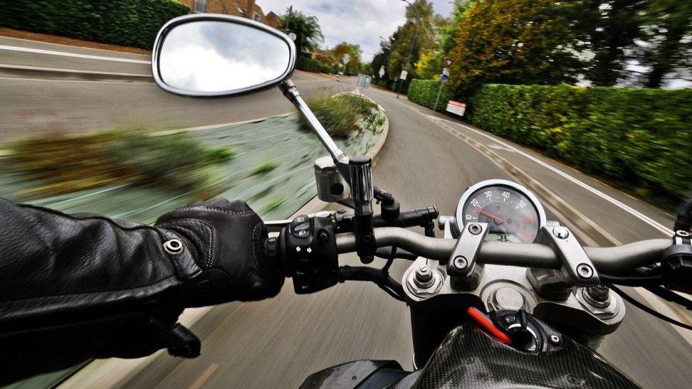 В Севастополе несовершеннолетний мотоциклист въехал в «Фольксваген» на красный свет