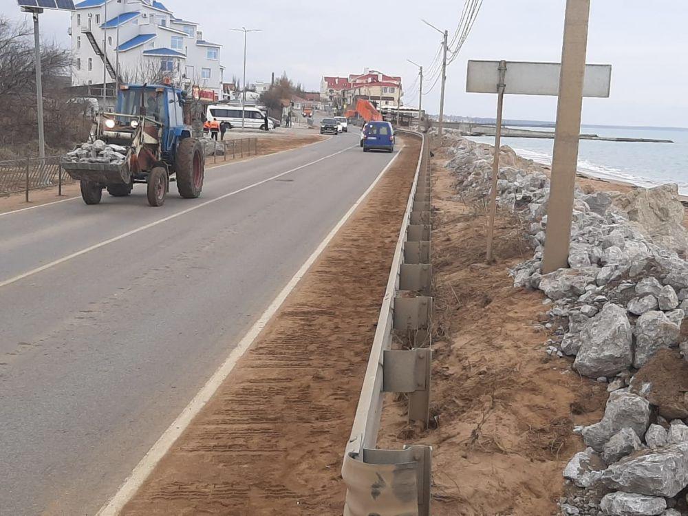 """""""Вот так укрепили"""": Берег у крымской дороги, где во время штормов волны смывают машины, завалили камнями, ВИДЕО"""
