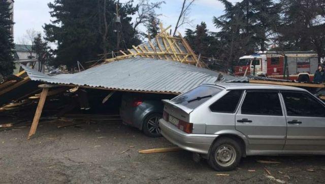 В Симферополе слетевшая крыша здания повредила десять машин - видео