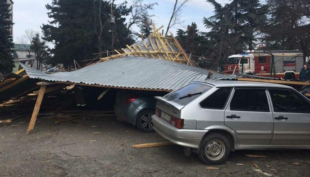 В Крыму сильный ветер сорвал крыши с двух зданий