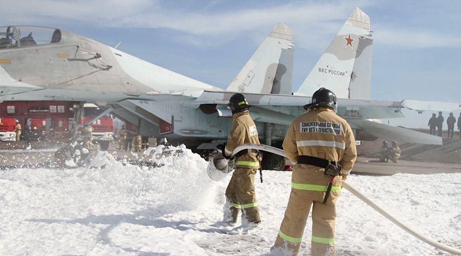Севастопольские спасатели учились тушить истребитель на аэродроме Бельбек