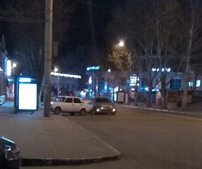 """Утром в Симферополе легковушка после ДТП заехала на """"умную"""" остановку, ВИДЕО"""