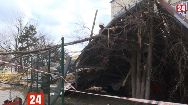 Сильный ветер сорвал крышу с домов в Симферополе