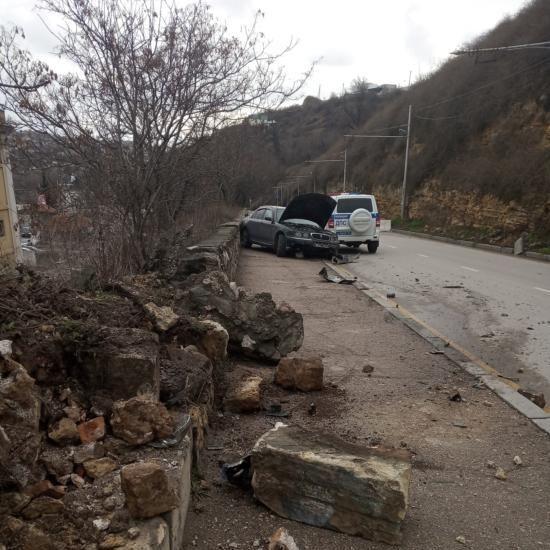 В Севастополе Rover 45 влетел в парапет