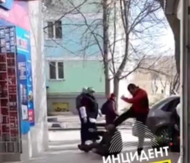 В Феодосии автомобилист избил пешехода, ударившего его авто
