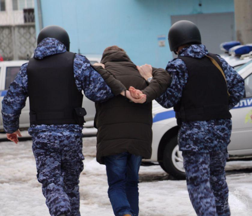 Пьяный мужчина пытался выломать дверь на подстанции скорой помощи в Севастополе