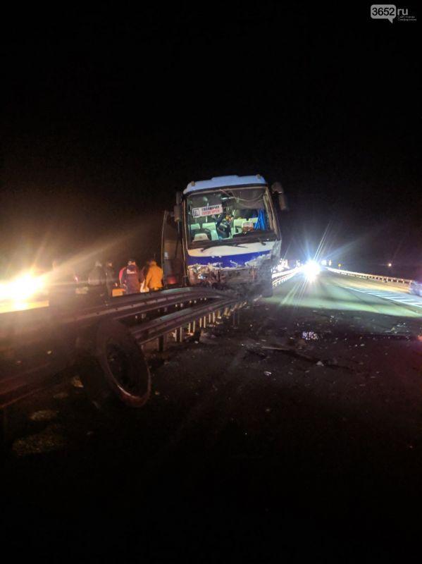 На крымской трассе автобус в результате ДТП врезался в отбойник: есть погибший, , ВИДЕО