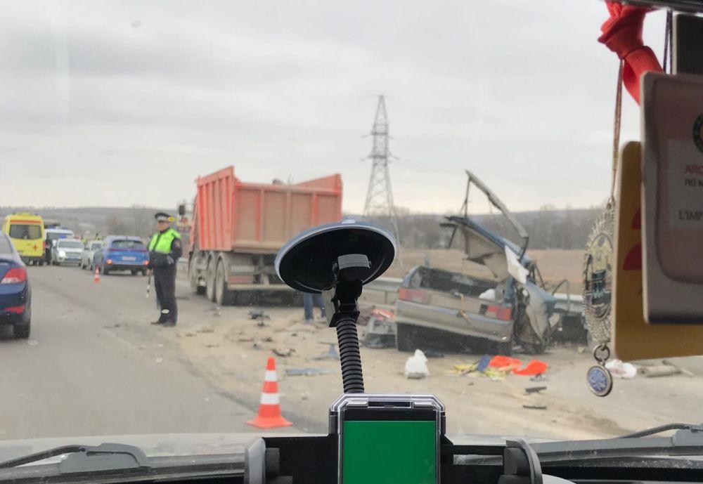 """Два ДТП на """"Тавриде"""": грузовик перевернулся в кювет, легковушку смяло,"""