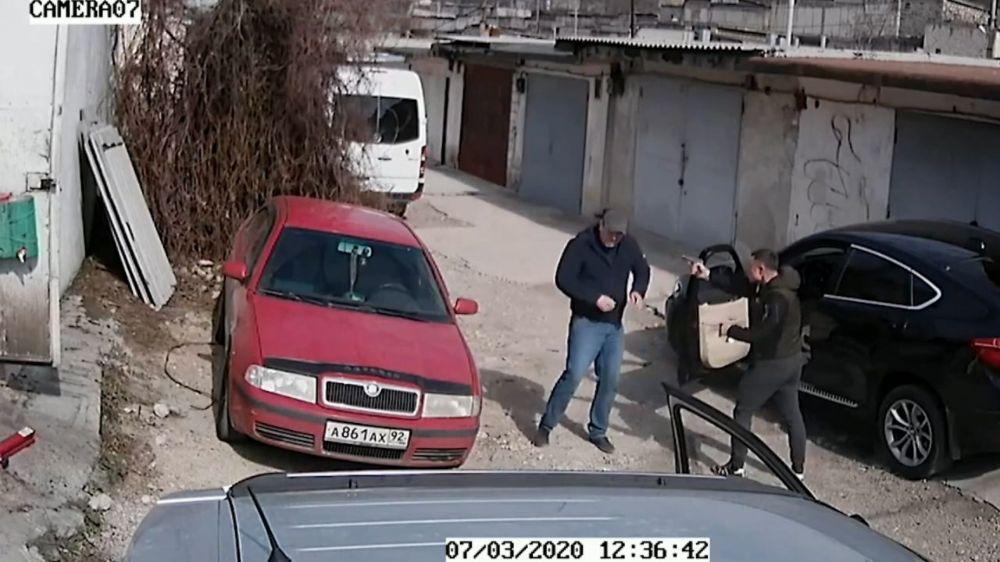 В Севастополе в ходе конфликта один водитель выстрелил в другого