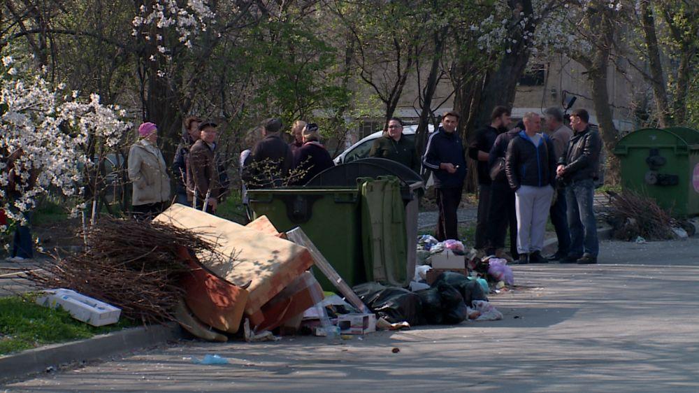 Жителей трёх улиц в Севастополе заставили выносить мусор с риском для жизни