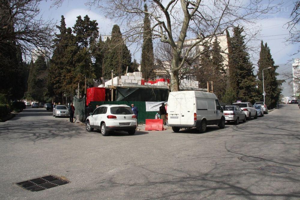 Бывший гастроном на ул. Садовой в Ялте перестраивается с рядом нарушений