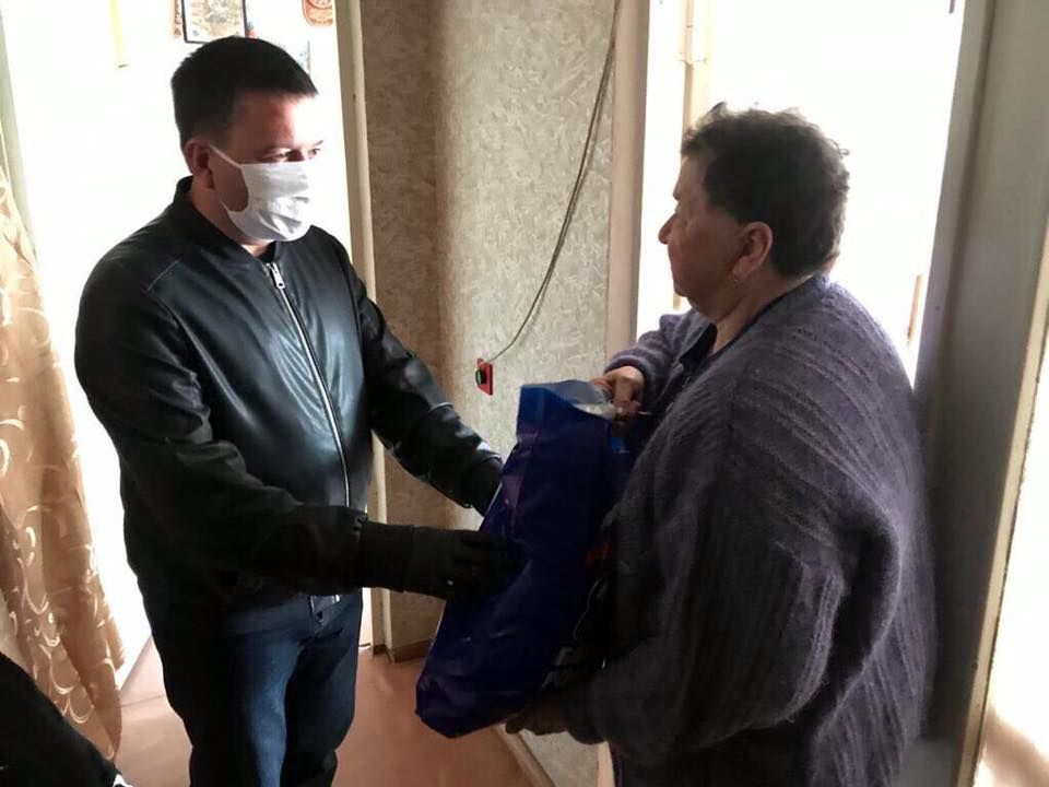Депутаты горсовета оказали волонтерскую помощь пожилым людям