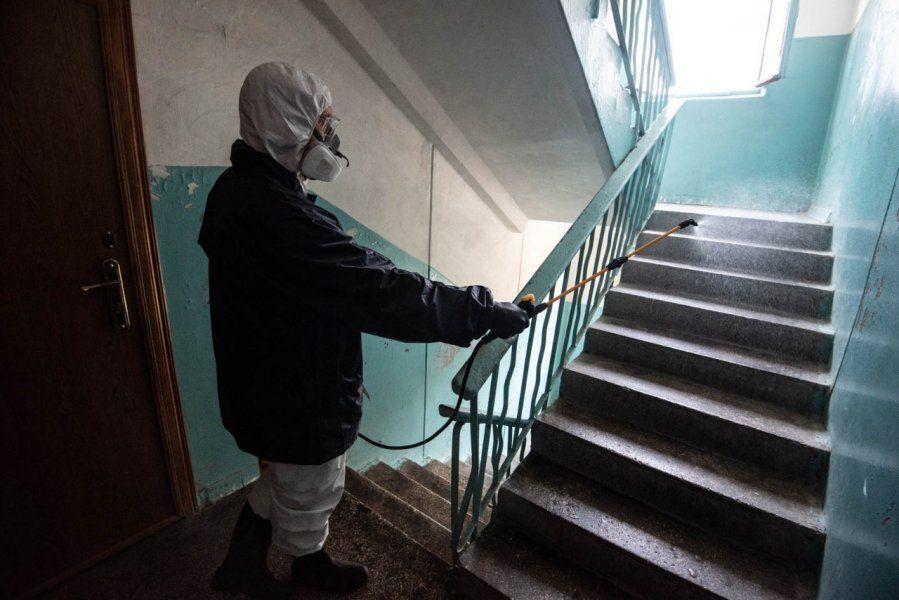 Дезинфекцию в севастопольских домах проводят не только коммунальщики, но и… военные
