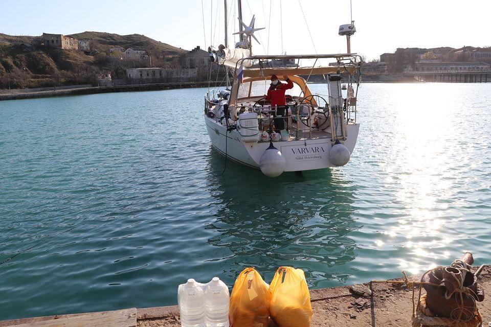 """Экипажу яхты """"Варвара"""" передали запас продуктов питания и воды"""