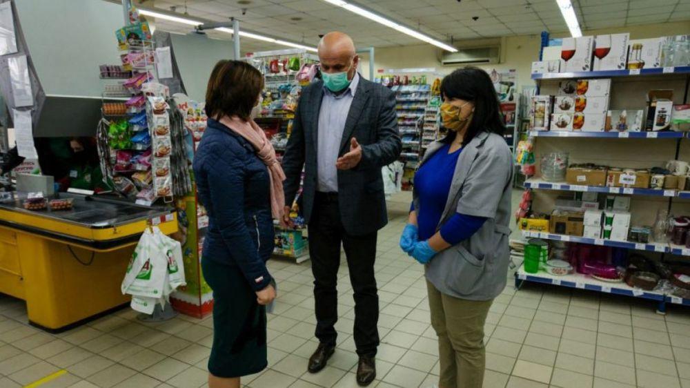 Игорь Степиков проверил торговые объекты Судака на соблюдение мер дезинфекции и масочного режима
