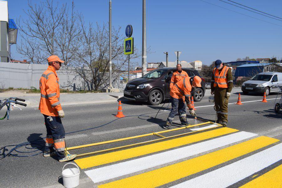 В Севастополе обновляют дорожную разметку