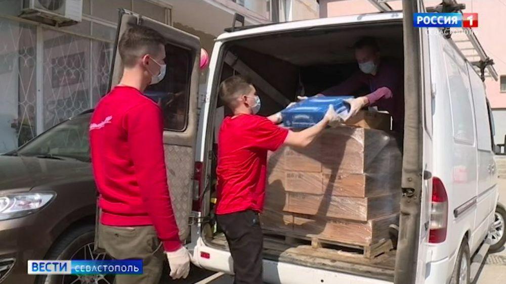 Севастопольский рыбкомбинат передал волонтерам партию рыбных консервов
