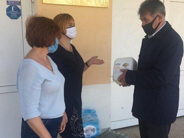 Игорь Аржанцев передал антисептики для симферопольских школьников и учителей