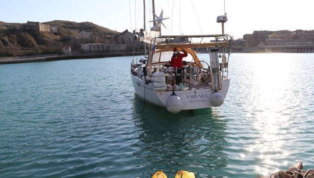 Экипажу Яхты из Греции доставили питание из Феодосии